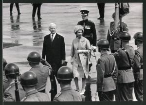 Fotografie Königin Elisabeth II. von England wird in Deutschland mit militärischen Ehren empfangen
