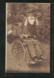 AK Mann sitzt im Rollstuhl im Garten