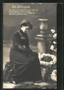 AK Am Elterngrab, trauerndes Mädchen mit Blumenkränzen am Grab
