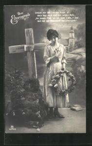 AK trauernde Dame hält Blumenkranz in der Hand am Elterngrab