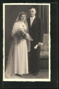 AK glückliches junges Paar in traumhaft schöner Hochzeitskleidung