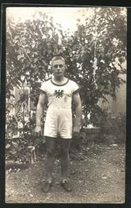 AK Deutscher Turner in Sportbekleidung im Garten stehend