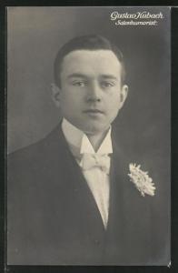 AK Salonhumorist Gustav Kubach im Anzug mit Ansteckblume