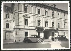 AK Bad Ischl, Hotel zum Goldenen Kreuz und parkende Autos