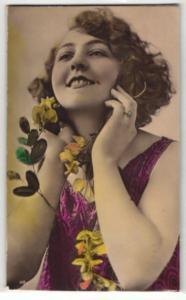 Relief-AK Junge Dame mit Blumen