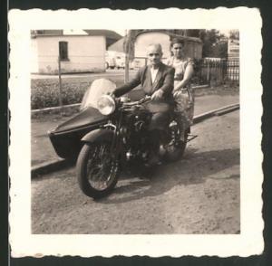 Fotografie Motorrad mit Seitenwagen, Paar auf Krad sitzend