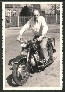 Fotografie Motorrad IFA-MZ BK 350, Fahrer sitzt auf Krad