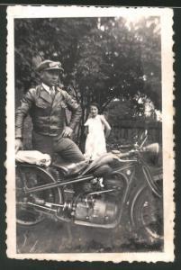 Fotografie Motorrad BMW, lässiger Fahrer posiert mit Krad