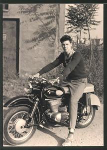 Fotografie Motorrad MZ-ES 300, Bursche auf Krad sitzend