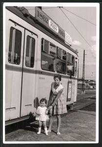 Fotografie Strassenbahn - Tram in Karlsruhe, Mutter mit Kind auf dem Weg ins Schwimmbad 1962
