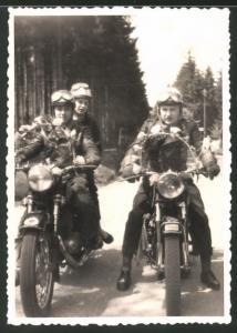 Fotografie Motorrad, Kradfahrer mit Festschmuck