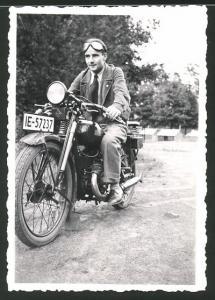 Fotografie Motorrad DKW, Fahrer mit Schutzbrille auf Krad, Kennzeichen: IE-57237
