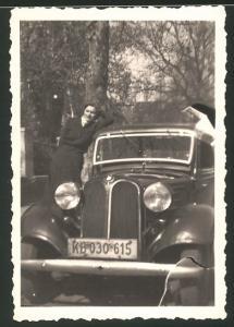 Fotografie Auto BMW, junge Dame lehnt am PKW, Kfz-Kennzeichen: KB 030 615