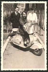 Fotografie Motorrad Heinkel, hübsche junge Dame sitzt auf LKrad - Motorroller um 1955