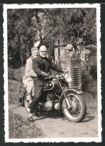 Fotografie Motorrad BMW, betagtes Paar auf Krad sitzend