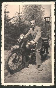 Fotografie Motorrad DKW, junger Mann auf Krad mit Kennzeichen Berlin um 1937