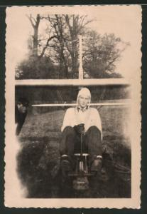 Fotografie Segelflug, junger Pilot mit Haube sitzt im Segelflugzeug