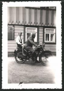 Fotografie Motorrad, Fahrer mit Haube nebst Pimpf auf Krad sitzend, Kennzeichen: B-699