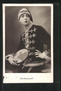 AK Pole Neshdanoff, Portrait des Tänzers in Husarenkostüm mit Tamburin, Varieté