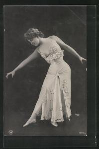 AK Junge Dame tanzt im Bühnenkostüm