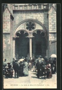 AK Bourges, La Sortie de Messe à la Cathédrale