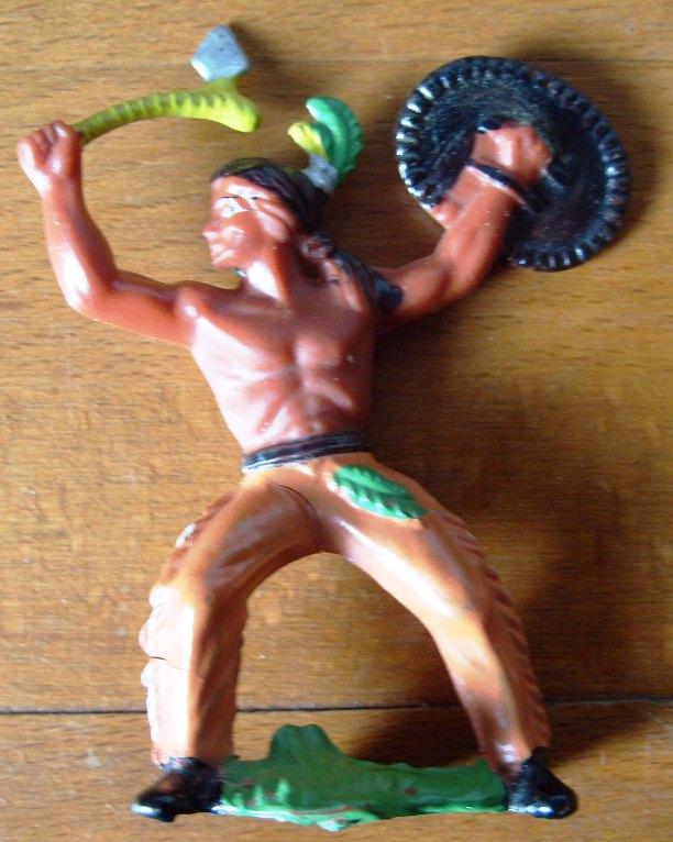Spielzeug/ Sammeln: Indianer mit Schild und Tomahawk, Gummi,  Original aus DDR-Produktion, 80er Jahre