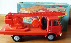 Sammeln oder Spielen: Großes Feuerwehrauto, Kunststoff,  mit ausziehbarer Drehleiter, 80er Jahre
