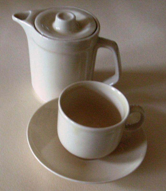 porzellan kleines mokka kaffee k nnchen mit tasse und untertasse cremefarben veb colditz. Black Bedroom Furniture Sets. Home Design Ideas