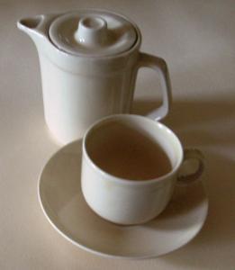 Porzellan: kleines Mokka-/ Kaffee-Kännchen mit Tasse und Untertasse, cremefarben, VEB Colditz Porzellan, Original aus DDR-Produktion, 80er Jahre