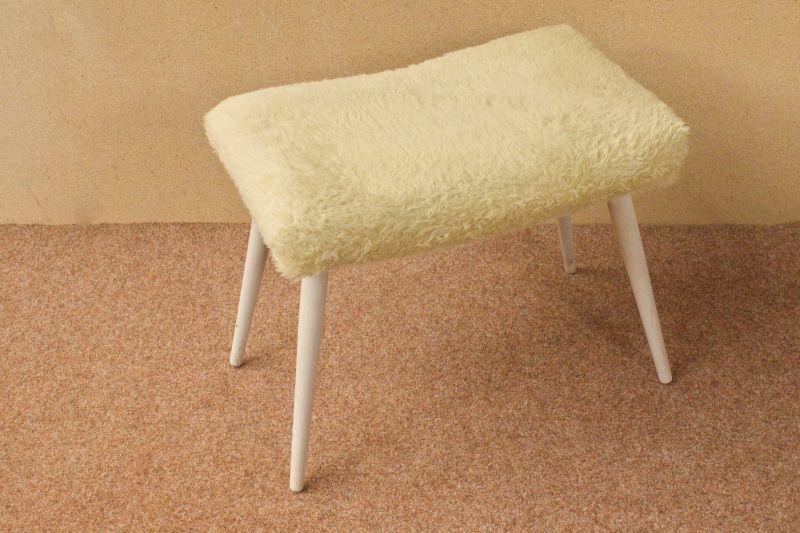 Gelber Puschelhocker Hocker Schlafzimmer Ankleidezimmer Holz weiss 50er 60er Vintage