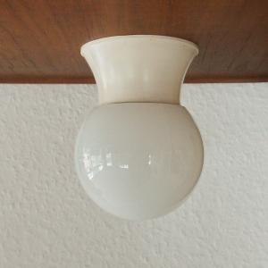 Alte Deckenlampe Flur Keller Bad im Wagenfeld Stil weiss Glaskugel 50er 60er