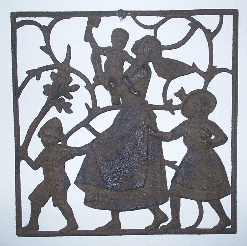 """Moshage: Sonntagsfreude. Reliefplatte aus der Reihe """"Arbeit durch Freude"""". Größe: 15 x 15 cm. Rückseitig mit Marke von Eisenguß Lauchhammer. Etwa 1935. Korrosionsspuren."""