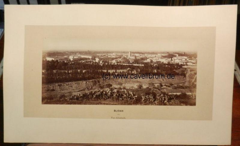 Algérie / Algeria / Algerien - Neurdein, E. (Etienne): Blidah (Blida). Vue Générale, No. 273. / Blidah (Blida). General view, Nr. 273. Orig. Albumen print / Albumine. Vintage. 12,2 x 28 cm, monté sur carton / mounted on cardboard, 25 x 42,5 cm. Um 1880...