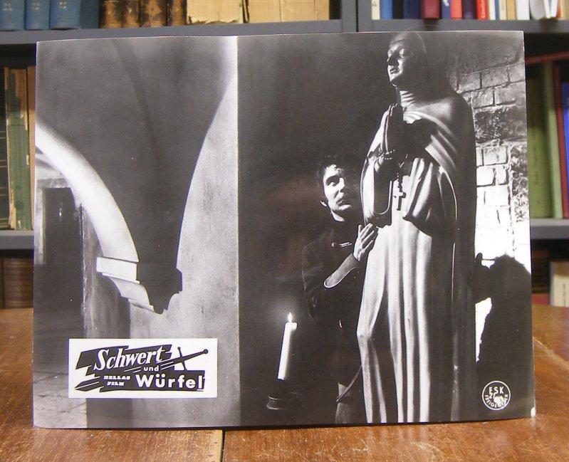 Hellas Film -: Konvolut von 26 original s/w-Aushangphotos zum Film 'Schwert und Würfel'. Vintages, Silbergelantineprints, jeweils 23 x 29 cm [leicht gewellt, sonst gute Exemplare).
