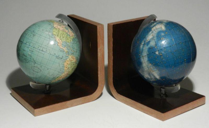 Columbus Erdglobus / Himmelsglobus: Columbus Erdglobus und Himmelsglobus als Buchstützen auf Holz. Durchmesser jeweils ca. 12 cm. Erdglobus bearbeitet von Kaden, Himmelglobus von Johannes Riem, ausgeführt von Luther.