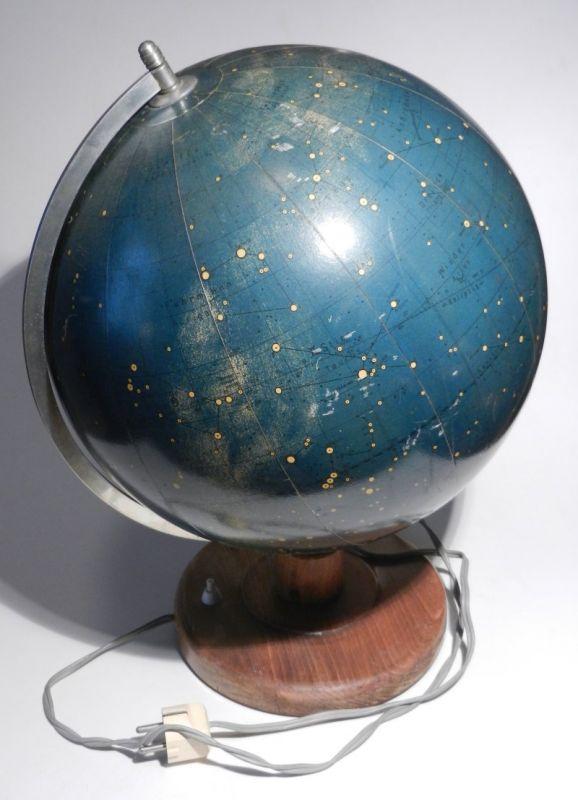 Krause, Arthur: Räths Himmelsglobus. Äquinox 1950. Mit funktionierender Beleuchtung. Mit Papiersegmente beklebte Glaskugel auf Holzstandfuß mit Halbmeridian. Höhe ca. 47 cm, Durchmesser ca. 32 cm, mit orig. Kabel.