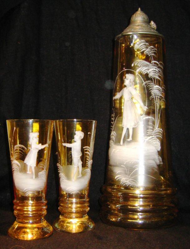 Glas: Großer honigfarbener Glaskrug mit Zinndeckel und 6 Bechergläsern, Schneemalerei/ Emailmalerei, Böhmen um 1880