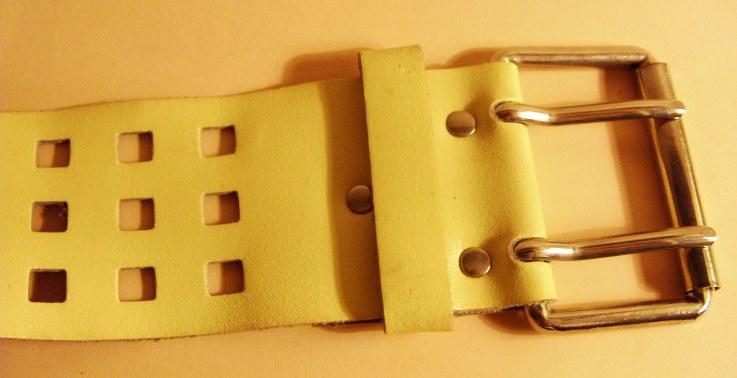Kleidung: Accessoires - breiter Damen-Gürtel, weiches blassgelbes Leder,  große Metallschließe mit Doppeldorn, 80er Jahre