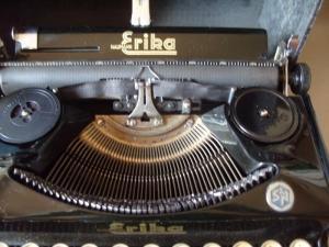 Antike Technik / antike Bürotechnik: mechanische Reiseschreibmaschine ERIKA / Modell 5 TAB. - A.-G. vorm. Seidel &  Naumann Dresden, 1934
