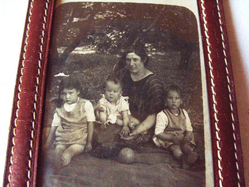 Fotografie: Foto-Etui Leder mit Original-Fotografie Mutter mit Kindern im Park, schwarz-weiß, ca. 1910-20er Jahre