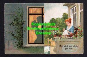Klapp Ansichtskarte Künstlerkarte Frau näht und stickt gar viel ... abends Schattens