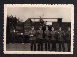 Foto Soldaten vor Eisenbahnwaggon mit Geschütz Maschinengewehr Breslau