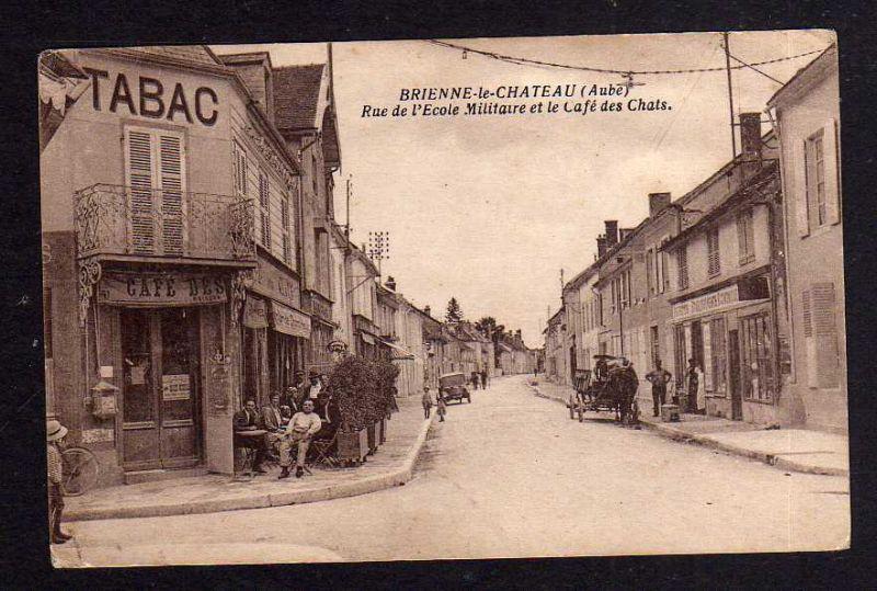 Ansichtskarte Brienne-le-Château Aube Rue de l`Ecole Militaire et le Cafe des Chats