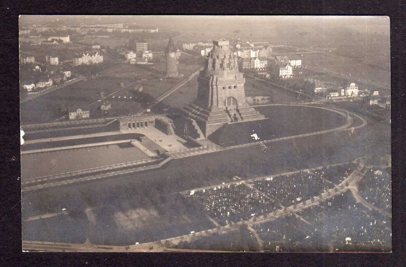 Ansichtskarte Fotokarte Leipzig Völkerschlachtdenkmal um 1912 Zeppelin LZ 11 Viktoria
