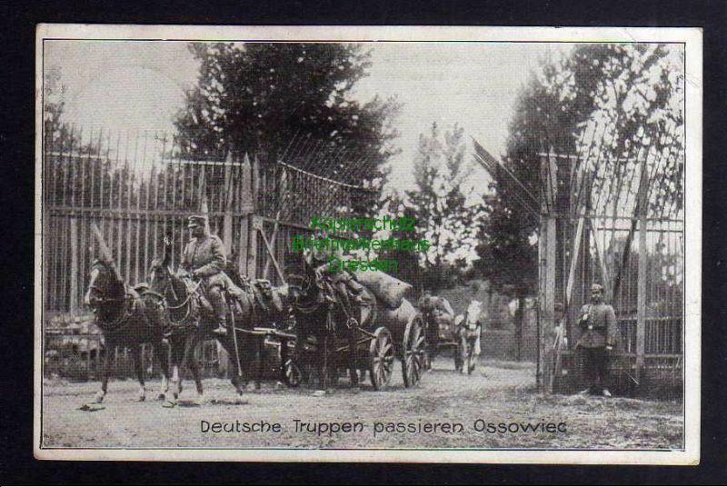 Ansichtskarte Deutsche Truppen passieren Gitter im Zentralwerk Festung Ossowiec 1918 0