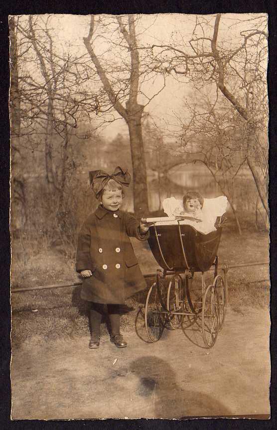 Ansichtskarte Kinderwagen Puppenwagen Kind mit Schleife um 1920
