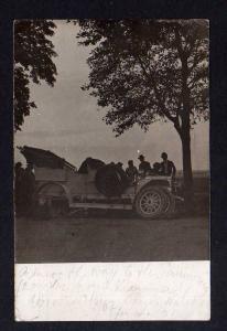 Ansichtskarte Auto original Fotokarte 1910 Panne Radwechsel auf Landstraße Oldtimer
