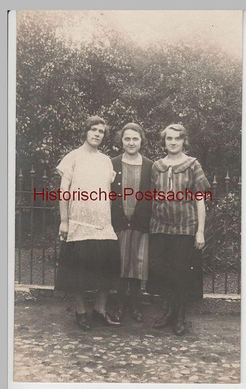 (F3638) Orig. Foto drei junge Damen / Mädchen im Freien, Porträt 1920/30erer