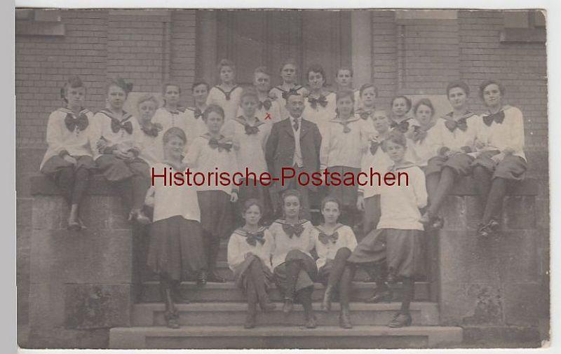(39691) Foto AK Mädchen-Gruppe in Matrosen-Uniform vor Gebäude, 1921