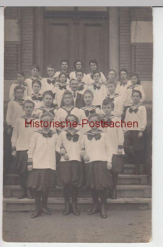 (39692) Foto AK Mädchen-Gruppe in Matrosen-Uniform vor Gebäude, 1921